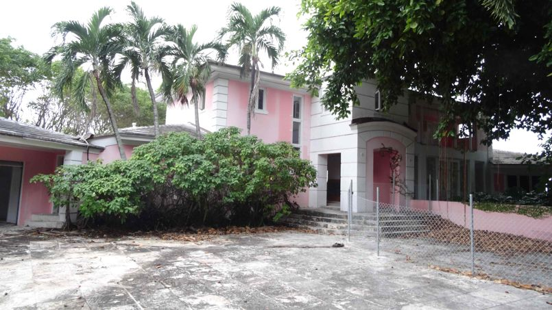 The Entrance Of A House That Used To Belong To Notorious Colombian Drug Lord Pablo Escobar Is Pictured On January 13, 2016, In Miami Beach, FL.                The New Owner Of The House, Fast-food Magnate Christian De Berdouare, Will Next Week Demolish The Property And Replace It With A New Modern House. Escobar Was A Charismatic Man Who Rose From Middle-class Nothingness To Run A Mighty Cocaine Cartel That Fought Wars With Rivals And Became Responsible For Most Of The Cocaine Imported Into The United States In The 1980s And Early '90s. / AFP / Diego URDANETA
